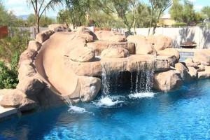 Rockpan-scivolo e cascata in roccia artificiale