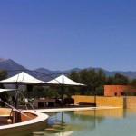 sedute in immersione bar interno piscina effetto spiaggia