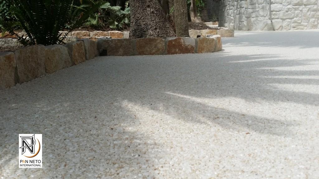 Il pavimento drenante in resina e granulati di marmo for Laghetto in resina
