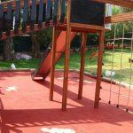 Parco giochi con pavimento in gomma colata -personalizzazione
